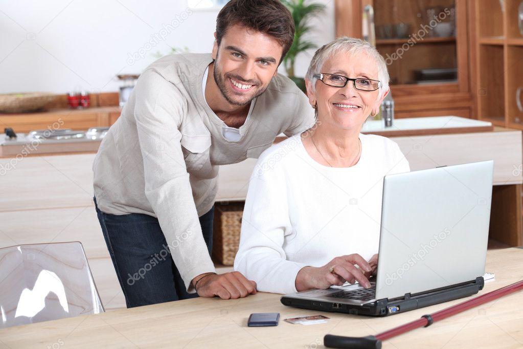 jeune homme femme senior avec un calcul d 39 ordinateur portable photographie photography33. Black Bedroom Furniture Sets. Home Design Ideas