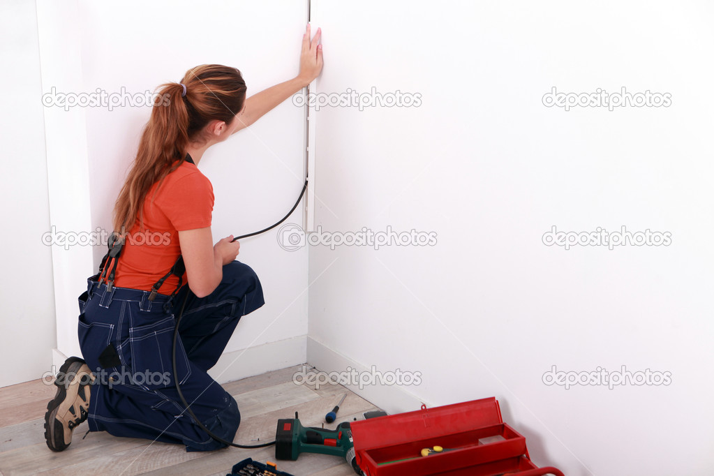 weibliche Elektriker Verkabelung einen weißen Raum — Stockfoto ...