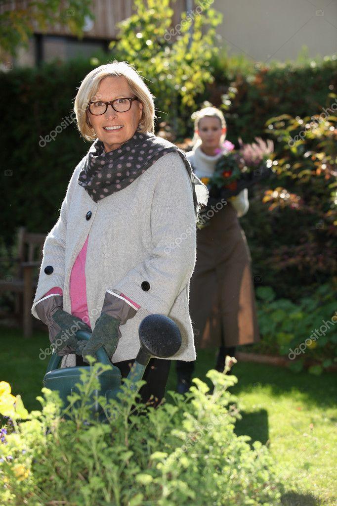 äldre kvinna ung flicka