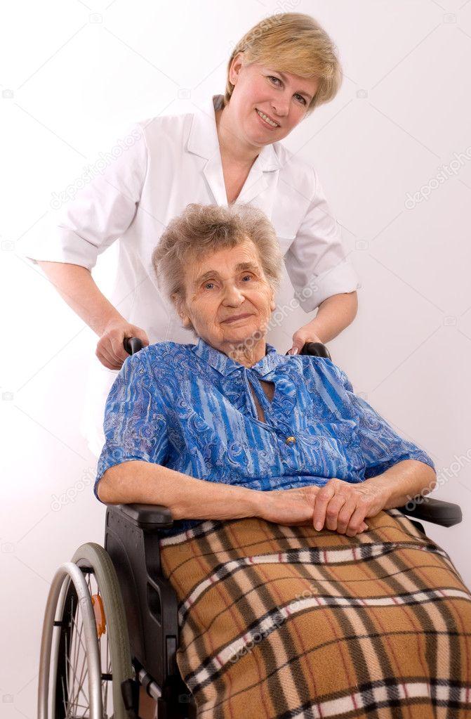 Медсестру пожилой трахнул молодую