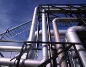 Průmyslová zóna, ocelové potrubí v modrých tónech