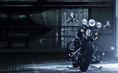 zaparkovaného motocyklu