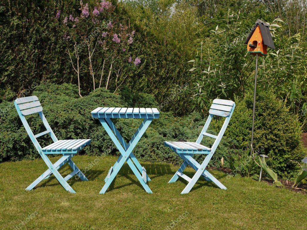 blau Garten Gartenmöbel in grünem Gras — Stockfoto © beachboy #7669620