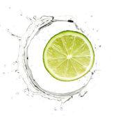 Fotografie Gelbe Birne in Wasser Spritzen