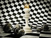 3D šachové figurky na bílé a černé pozadí