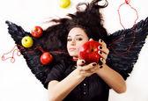 černý anděl dívka naznačuje jablko