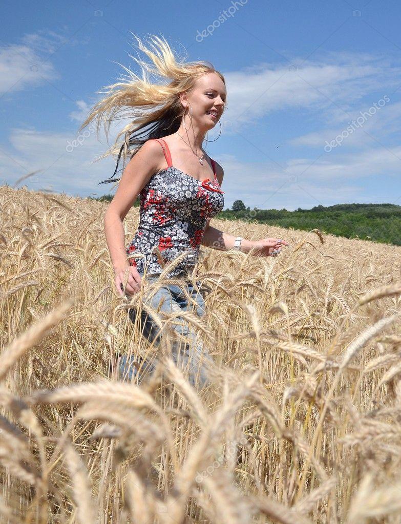 donna felice nel campo di grano dorato — Foto Stock © muro  7193497 f1b883b82410