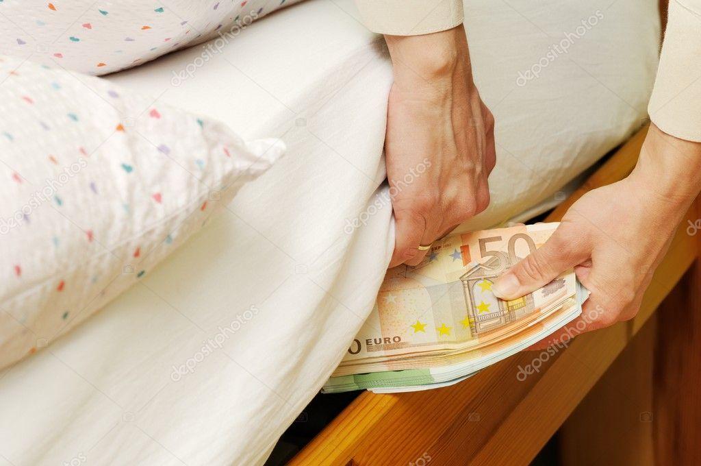 Resultado de imagem para dinheiro debaixo do colchão
