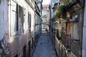 Malé uličce v centru Lisabon - Portugalsko