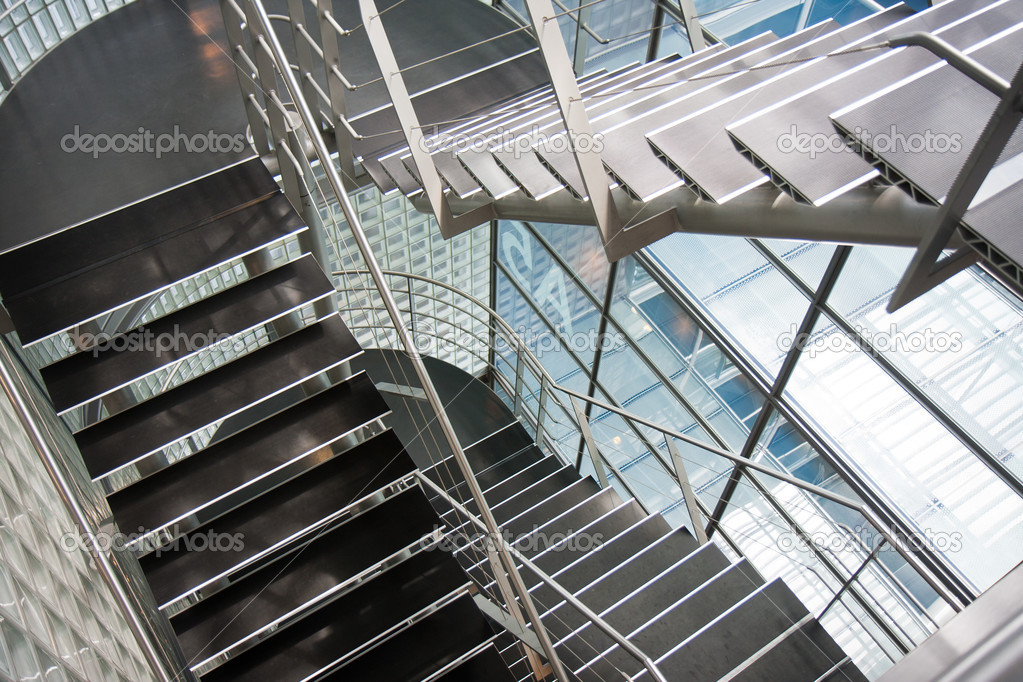 ouvrez la cage d 39 escalier dans un immeuble de bureaux moderne photographie kruwt 7383585. Black Bedroom Furniture Sets. Home Design Ideas