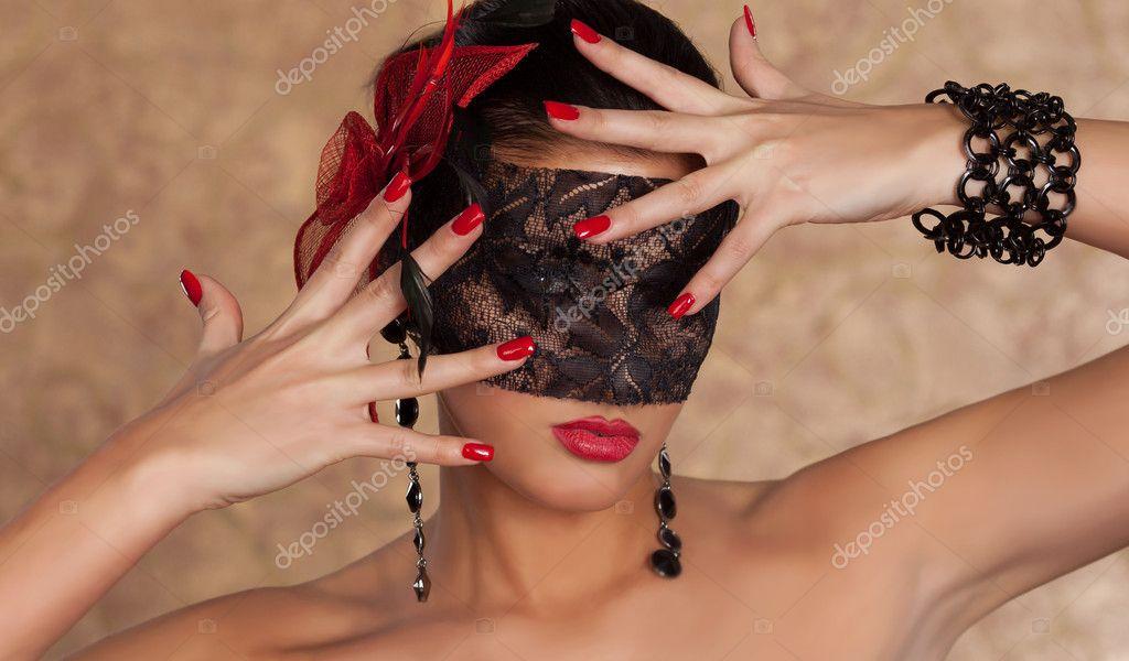 Schönheit blickt durch Finger