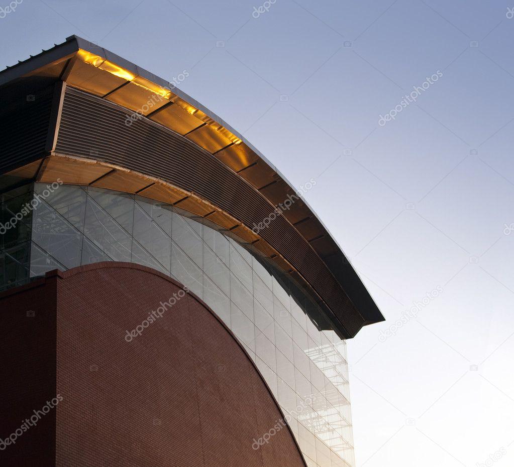 côté d'un bâtiment industriel moderne. vague en forme de centrale