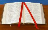 Fotografie Bible na stánku otevřené knihy žalmů stuha