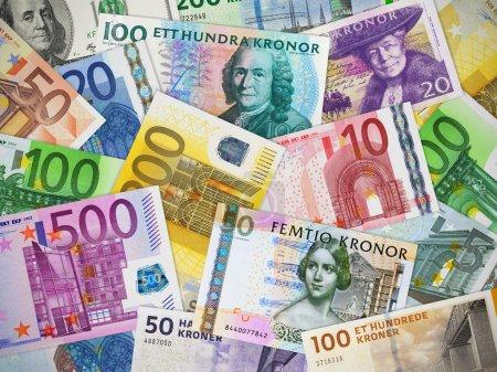 Photo pour Concept financier : grande collection de différentes monnaies de papier - image libre de droit