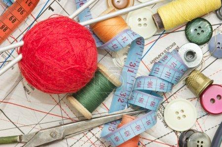 Photo pour Nature morte divers accessoires de couture dans le schéma - image libre de droit
