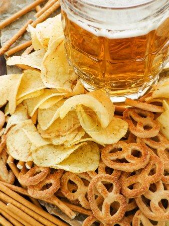 Photo pour Bière avec bretzels, bâtonnets de sel et croustilles. Vue d'en haut . - image libre de droit