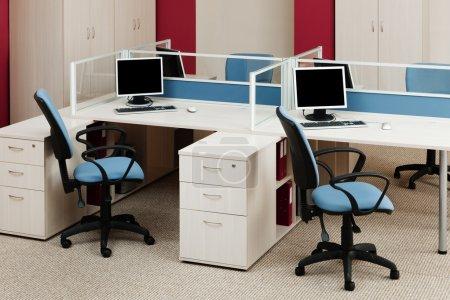 Photo pour Ordinateurs sur les bureaux dans un bureau moderne - image libre de droit