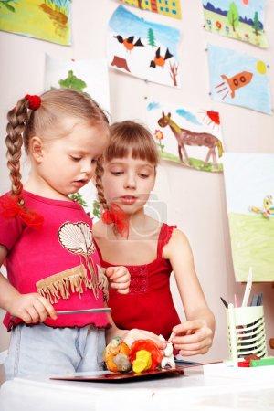 Photo pour Enfant âge préscolaire moule de pâte à modeler. - image libre de droit