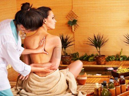 Photo pour Jeune femme recevant le massage au spa bambou.. - image libre de droit