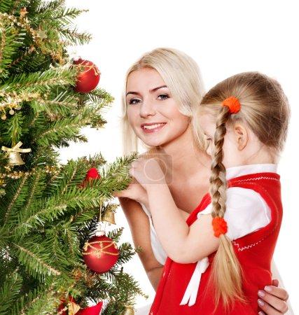 Photo pour Maman avec une fille décorer le sapin de Noël. isolé. - image libre de droit