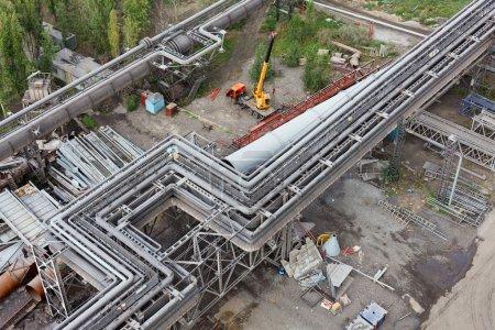 Photo pour Gazoducs industriels et oléoducs sur métal dans une usine métallurgique. Zone de construction - image libre de droit