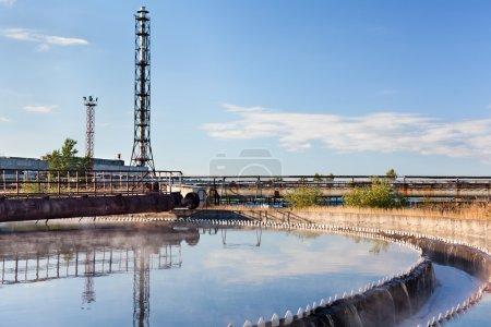 Photo pour Eau de recyclage sur la station de traitement des eaux usées - image libre de droit