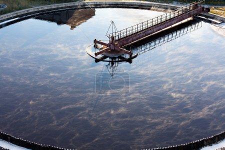 Photo pour Fermeture de décanteurs dans une usine de traitement des eaux - image libre de droit
