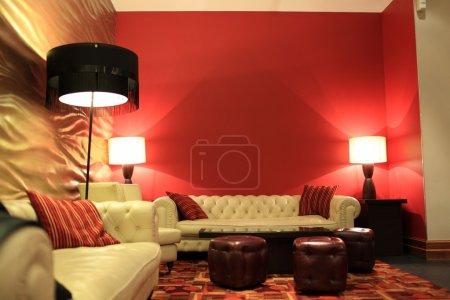Photo pour C'est le hall de l'hôtel rouge nuit - image libre de droit
