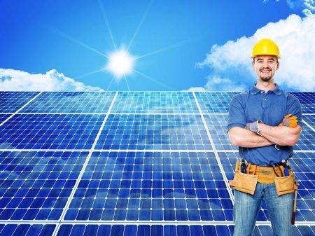Foto de Trabajador permanente y el fondo del panel solar - Imagen libre de derechos