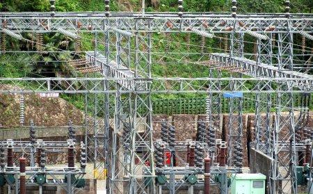 Photo pour Une sous-station électrique avec transformateurs et régulateurs pour la distribution électrique - image libre de droit