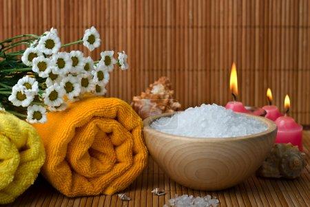 Photo pour Serviette de style spa avec camomille, bol de sel de mer et bougie - image libre de droit