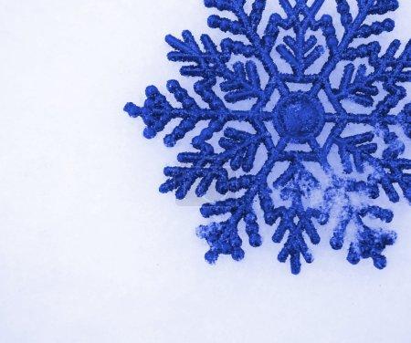 Foto de Hermosos copos de nieve aisladas en la nieve - Imagen libre de derechos