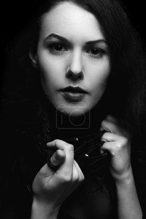 Photo pour Gros plan noir et blanc portrait de jeune femme - image libre de droit