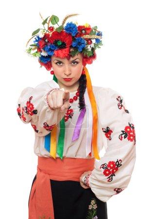 Photo pour Portrait de jeune femme sérieuse dans les vêtements nationaux ukrainiens - image libre de droit