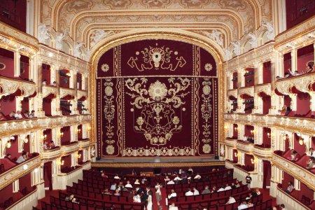 Photo pour Intérieur du théâtre classique avec assise rouge et numéro. Odessa national opéra et ballet théâtre universitaire - image libre de droit