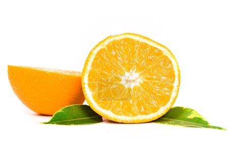 Photo pour Fruits orange avec des feuilles vert sur blanc - image libre de droit
