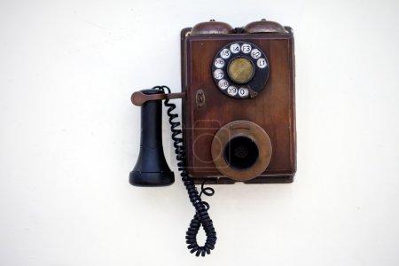 Photo pour Téléphone rétro sur un mur blanc - image libre de droit