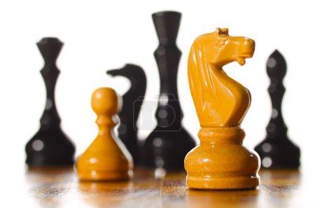 Photo pour Pièces d'échecs en bois sont debout sur le bord - image libre de droit