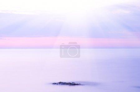 Photo pour Rock en mer sur le coucher du soleil. composition de la nature. - image libre de droit