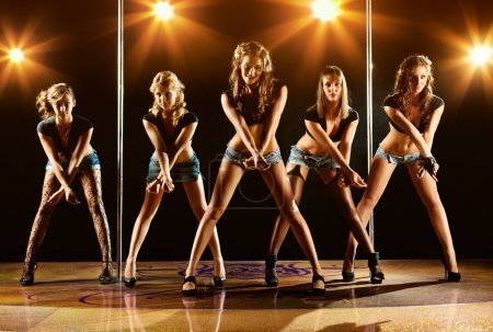 Photo pour Cinq jeunes femmes montrent sur scène. - image libre de droit