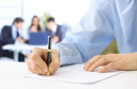 Photo pour Mains écrivant sur un papier - image libre de droit