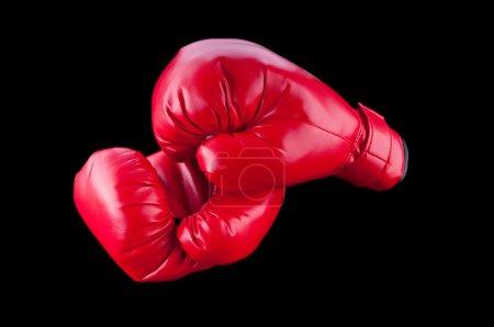 Photo pour Gants de boxe rouges isolés sur fond noir - image libre de droit