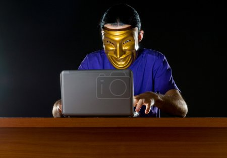 Photo pour Pirate assis dans la chambre noire - image libre de droit