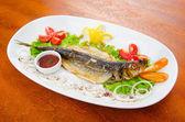 在盘子中的煎的鱼Smažená ryba v plechu