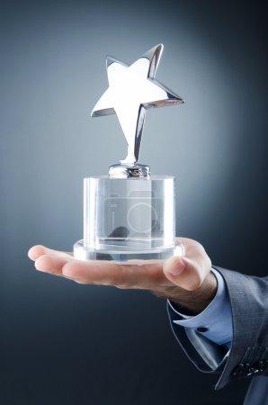 Photo pour Homme d'affaires a décerné des prix étoile - image libre de droit