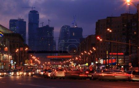 Stadtstraße in der Dämmerung