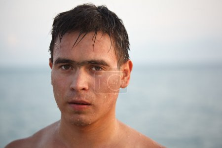 Photo pour Portrait de l'homme monter de l'eau, sur fond de la mer et le ciel. Regarde à huis clos . - image libre de droit