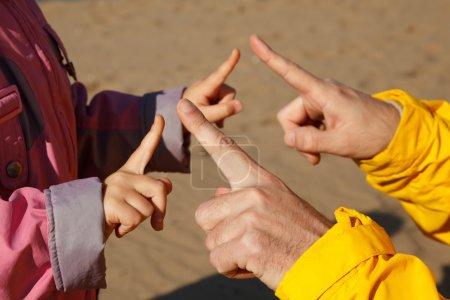 Foto de Manos adulto y el niño que juega con el otro. fotos en abierto, luminoso día de otoño. - Imagen libre de derechos