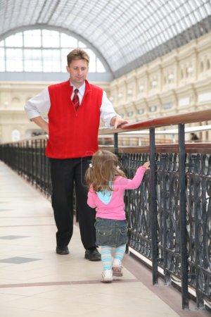 Photo pour Père avec bébé dans la boutique - image libre de droit