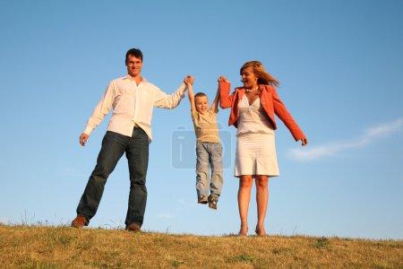 Photo pour Les parents tiennent l'enfant - image libre de droit